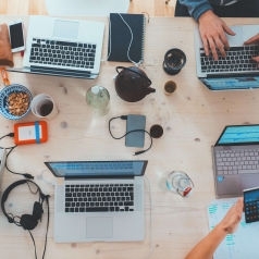 Metodología de Gestión y Desarrollo de Proyectos de Software con Scrum para Sector Servicios y Desempleados